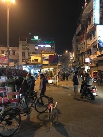 インドには夜に着いて、ホテルを探すのが怖かった。ニューデリーの繁華街(夜).JPG